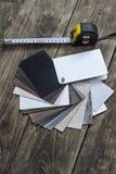 Verschillende kleurensteekproeven van houten vloer op lijst Stock Fotografie