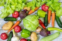 Verschillende kleurrijke groenten overal de lijst in volledig kader Het gezonde Eten Stock Afbeeldingen