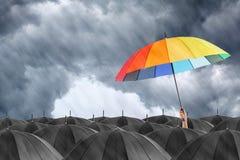 Verschillende kleurrijke parapluholding stock foto