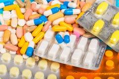 Verschillende kleurrijke pillen en plastic die pakken - blaren op blauwe abackground worden gestapeld royalty-vrije stock foto's