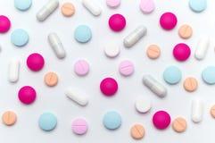 Verschillende kleurrijke pillen of supplementen voor de behandeling en de gezondheidszorg royalty-vrije stock afbeelding