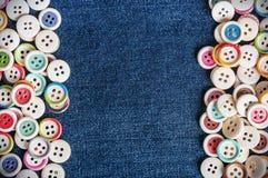Verschillende Knopen met jeansachtergrond Stock Foto