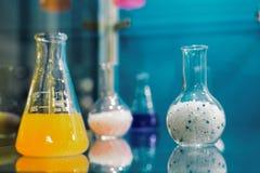 Verschillende korrels en vloeistoffen in glasflessen stock foto