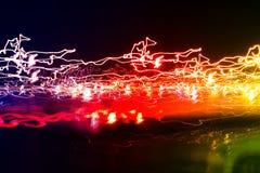 Verschillende lichte slepen van multicolored straat lantaarns en het overgaan van auto's die zich in dark verspreiden stock fotografie