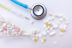 Verschillende medicijn en kwik geïsoleerde thermometers stock afbeelding