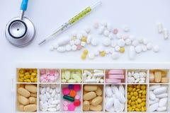 Verschillende medicijn en kwik geïsoleerde thermometers stock foto's