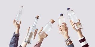 Verschillende mensen die waterflessen houden royalty-vrije stock afbeelding