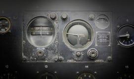 Verschillende meters en vertoningen in een oud vliegtuig stock afbeelding