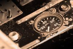 Verschillende meters en vertoningen in een oud vliegtuig stock fotografie