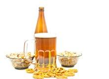 Verschillende noten, pretzels en bierclose-up Royalty-vrije Stock Foto