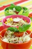 Verschillende salades in buffet stock afbeeldingen