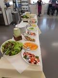 Verschillende salades op een lijst Royalty-vrije Stock Foto
