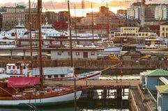 Verschillende schepen in de haven dichtbij het Akershus-Kasteel bij de avond in Oslo, Noorwegen Royalty-vrije Stock Afbeelding