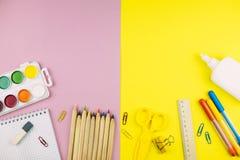 Verschillende schoollevering op roze en gele document achtergrond royalty-vrije stock foto
