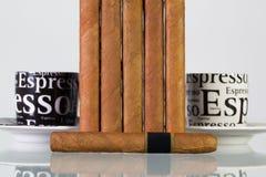 Verschillende sigaren en koppen van koffie op een glaslijst Royalty-vrije Stock Fotografie