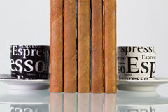 Verschillende sigaren en koppen van koffie op een glaslijst Stock Foto