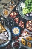 Verschillende snoepjes op de houten lijst Concept oosterse dessertsverticaal stock afbeelding