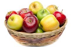 Verschillende soorten appelen in een mand stock afbeelding