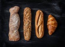 Verschillende soorten broodjes op zwarte van hierboven Royalty-vrije Stock Fotografie