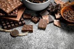 Verschillende soorten chocolade in kommen Stock Fotografie