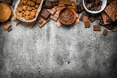 Verschillende soorten chocolade in kommen Stock Foto's