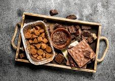Verschillende soorten chocolade, truffels en chocoladeschilfers Stock Afbeelding