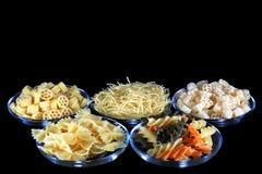 Verschillende soorten deegwaren in glaskommen Royalty-vrije Stock Foto