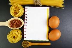 Verschillende soorten deegwarentagliatelle, spaghetti, Italiaans voedselconcept en menuontwerp, kruiden op houten lepels, ruwe ei royalty-vrije stock afbeelding