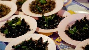 Verschillende soorten Gekookte insecten op een plaat bij de markt van het nachtvoedsel Azië, Thailand, Pattaya stock footage