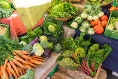 Verschillende soorten groenten voor verkoop stock afbeelding