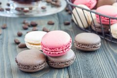 Verschillende soorten kleurrijk Frans dessert macaron met verschillende die vullingen op lijst, met horizontale koffie worden ged Stock Foto's