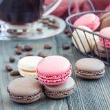 Verschillende soorten kleurrijk Frans dessert macaron met verschillende vullingen op houten die lijst, met koffie, vierkant worde Stock Foto