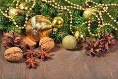 Verschillende soorten kruiden, noten en kegels, Kerstmisdecoratie Stock Foto's