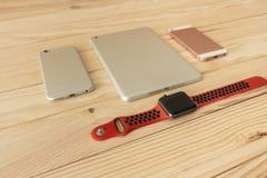 Verschillende soorten mobiel, tablet en smartwatch laatste generatie stock foto