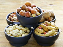 Verschillende soorten noten (amandelen, okkernoten, hazelnoten, pinda's) in een kom Royalty-vrije Stock Afbeeldingen