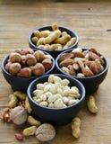Verschillende soorten noten (amandelen, okkernoten, hazelnoten, pinda's) in een kom Royalty-vrije Stock Foto