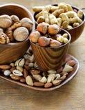 Verschillende soorten noten (amandelen, okkernoten, hazelnoten, pinda's) in een kom Stock Foto's