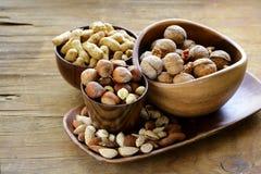 Verschillende soorten noten (amandelen, okkernoten, hazelnoten, pinda's) in een kom Royalty-vrije Stock Afbeelding