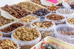 Verschillende soorten noten bij straatmarkt in Spanje Stock Foto's
