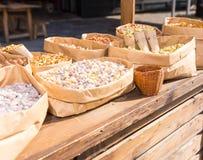 Verschillende soorten noten in document containers openlucht op voedsel fest Royalty-vrije Stock Afbeeldingen