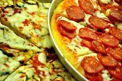 Verschillende soorten pizza op ronde dienbladen voor verkoop Stock Foto's
