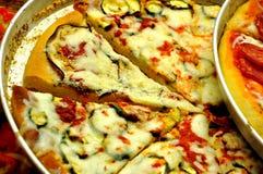 Verschillende soorten pizza op ronde dienbladen voor verkoop Royalty-vrije Stock Foto