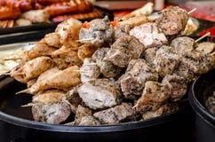 Verschillende soorten vlees, kebab op vleespennen Stock Fotografie