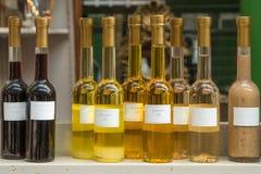 Verschillende specerijen op vertoning in de markt stock afbeelding