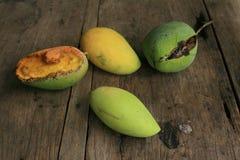 Verschillende stijlen van mango's op de houten raad Royalty-vrije Stock Afbeelding