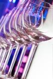 Verschillende transparante glazen voor wijn op een rij Stock Afbeelding