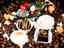 Verschillende truffels onder koffiebonen stock afbeeldingen