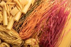Verschillende types, kleur van deegwaren en vorm op hoogste mening stock afbeeldingen