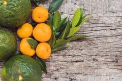 Verschillende types van citrusvrucht op een oude houten achtergrond Royalty-vrije Stock Foto's