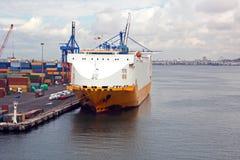 Verschillende types van droge lading, passagiers en containerschepen in motie en vastgelegd bij de haven van Izmir, Turkije royalty-vrije stock foto